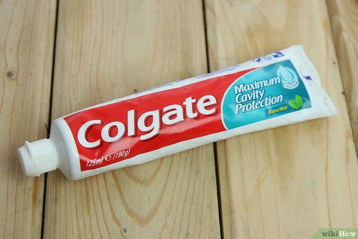 Tandpasta op pukkel aanbrengen